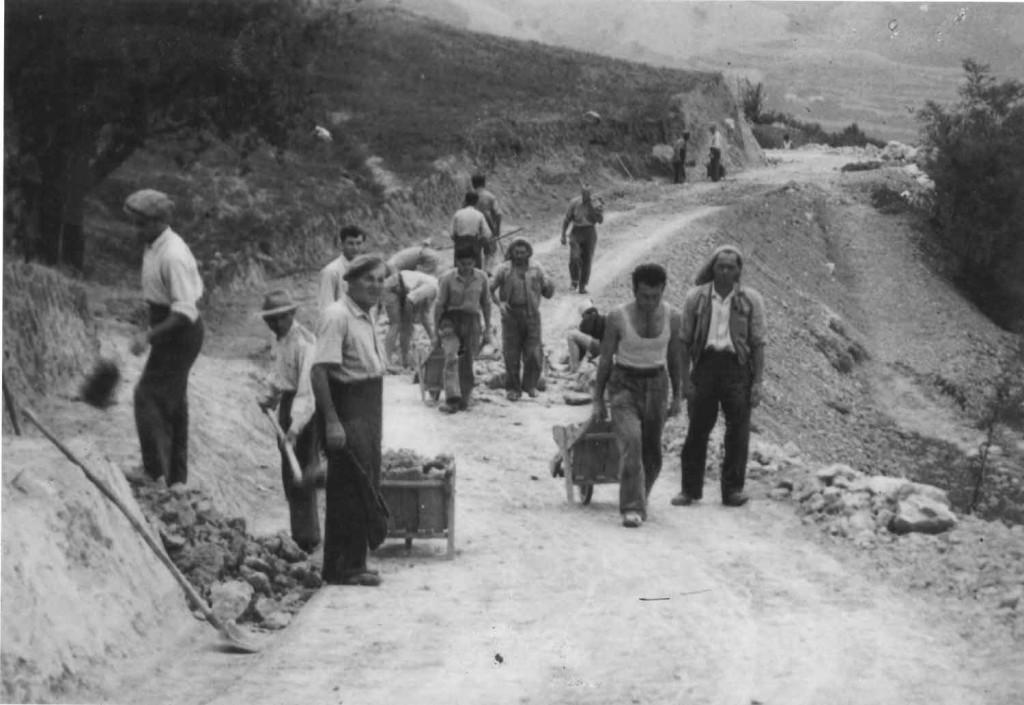 Foto 4. Cantiere stradale sull'Appennino tosco-romagnolo, anni Cinquanta del XX secolo. Fonte: Archivio Consorzio di Bonifica della Romagna Occidentale – sede di Faenza.