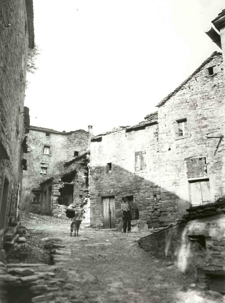 Foto 5. Borgo dell'Appennino bolognese, anni Sessanta del XX secolo. Fonte: Archivio fotografico Consorzio della Bonifica Renana, Bologna.
