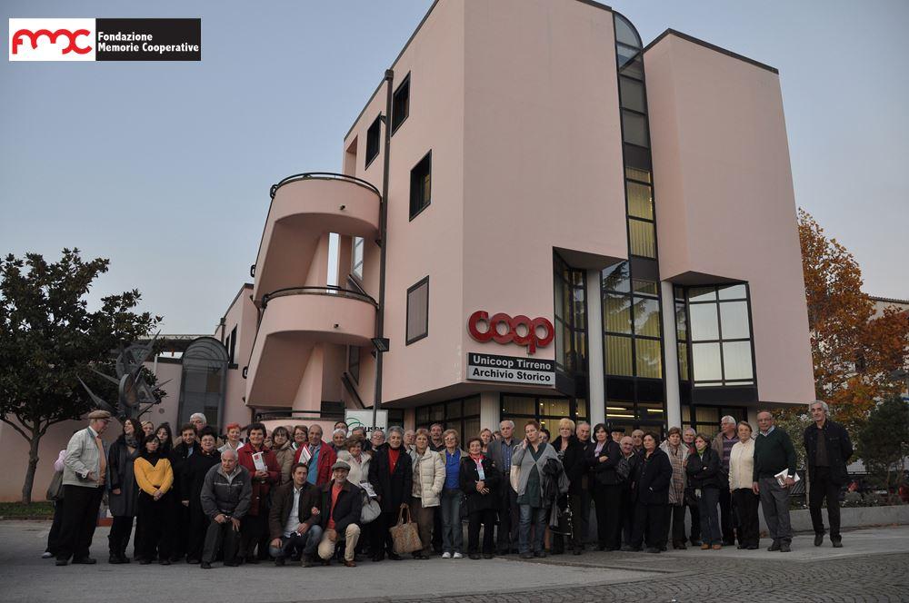 Foto 1. Esterni dell'Archivio Storico Unicoop Tirreno, con una delegazione di soci umbri