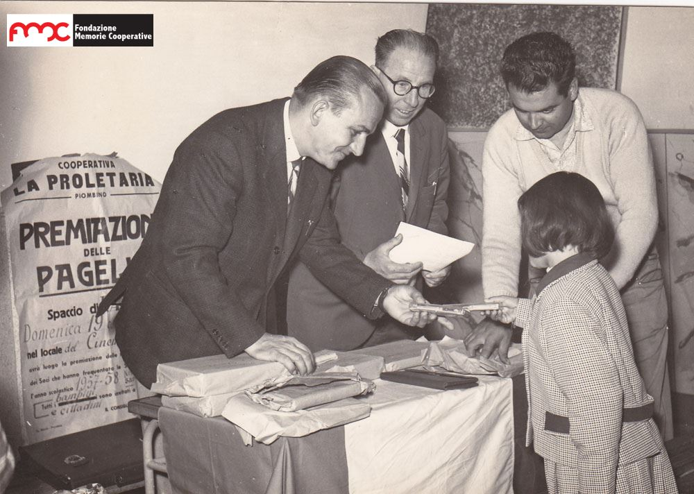 Foto 10. Premiazione delle pagelle per l'anno scolastico 1957-'58, della cooperativa La Proletaria