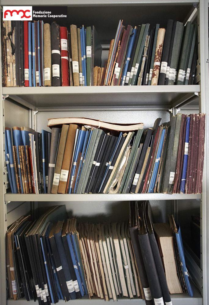 Foto 2. Ripiani di libri verbali dei consigli di amministrazione all'Archivio Storico Unicoop Tirreno