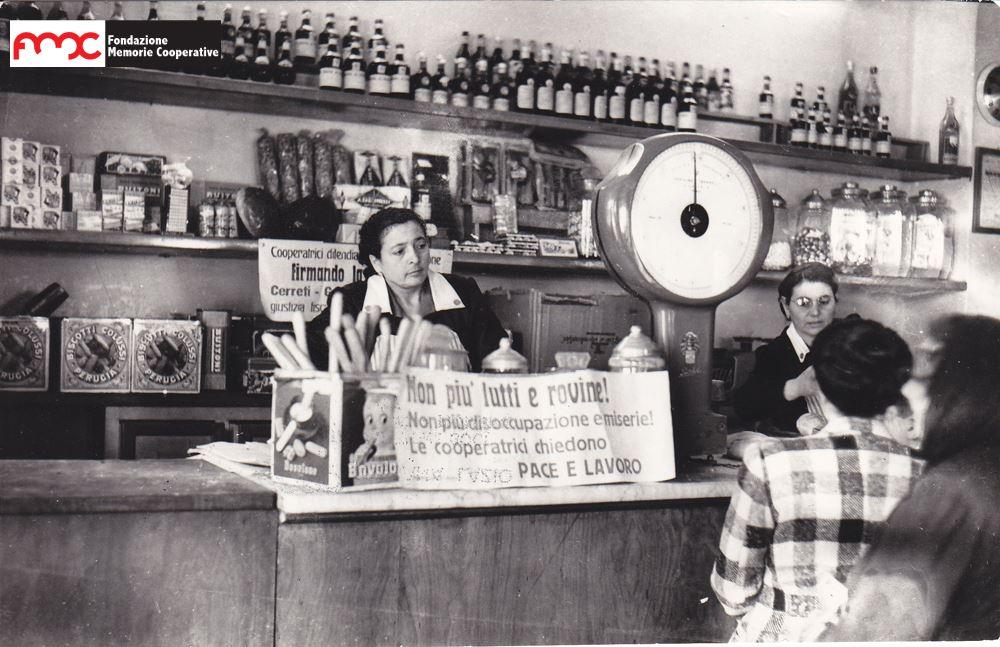 Foto 6. Raccolta firme per la petizione pace e lavoro, maggio 1952