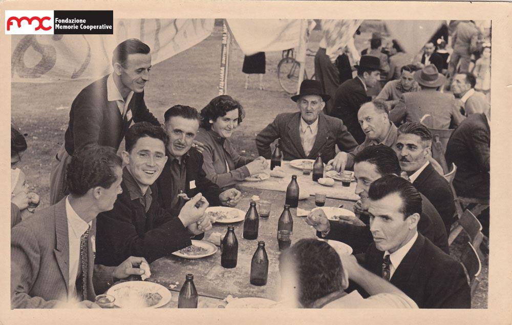 Foto 8. 1-¦ maggio 1961, pranzo all'aperto a Ribolla