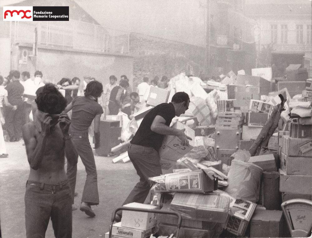 Foto 9. Un momento dell'incendio del supermercato di via Gori a Piombino nel 1972