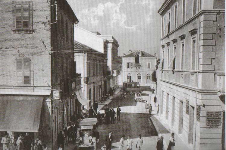 Fig.-10.-La-via-della-stazione-provvista-di-illuminazione-elettrica-appesa-centralmente-a-un-filo,-1929,-in-Perfetti,-Carlorosi,-Buschi-2007,-85.