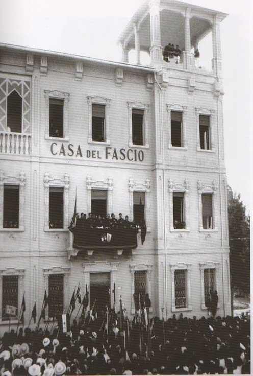 Fig.-11.-Cerimonia-ufficiale-per-l'inaugurazione-della-Casa-del-Fascio,-22-giugno-1936,-in-Perfetti,-Carlorosi,-Buschi-2007,-100.