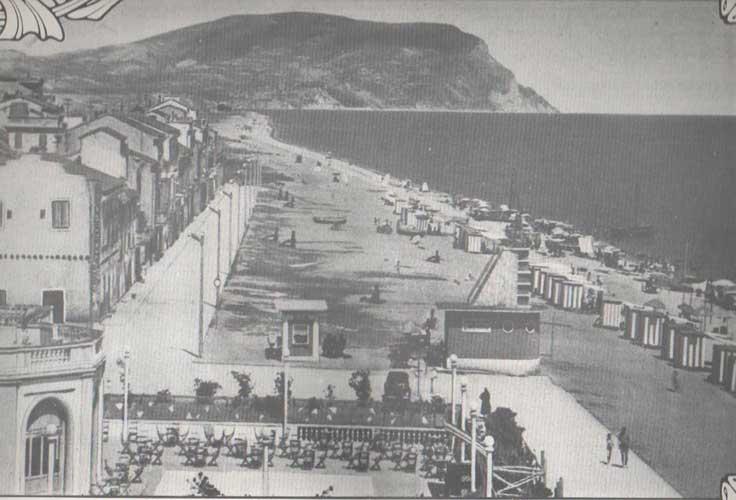 Fig.-14.-Sulla-sinistrala-piattaforma-del-Kursaal-Lido,-1954,-in-Almanacco-1987,-centro-Studi-Portorecanatesi.