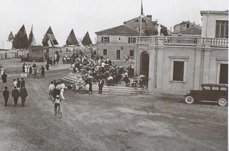 Fig.-9.-Piazzale-del-Kursaal-dove-i-villeggianti-siedono-ai-tavoli-del-bar,-anni-'20-40,-in-Perfetti,-Carlorosi,-Buschi-2007,-175.