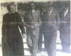 Foto 3. Alcide De Gasperi in visita a Fertilia nel 1949, accompagnato da don Francesco Dapiran e dal Commissario governativo dell'Egas, Enzo Bartoli, in Ame.