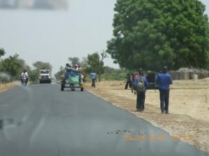 Foto 2. Ragazzi al ritorno da scuola sulla strada per N'Dangane, Senegal, Aprile 2012. Foto dell'autrice.