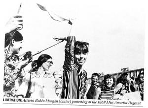 """Fig. 1 L'attivista Robin Morgan (al centro) durante la protesta al concorso di Miss America (1968) Da """"Newsweek"""", nov. 19/2007"""