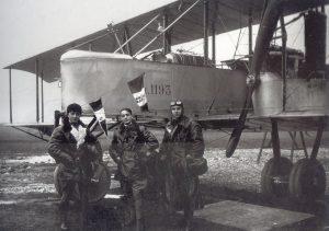 Ufficio Storico Aeronautica Militare, aviatori in posa davanti ad un bombardiere Caproni, 1917
